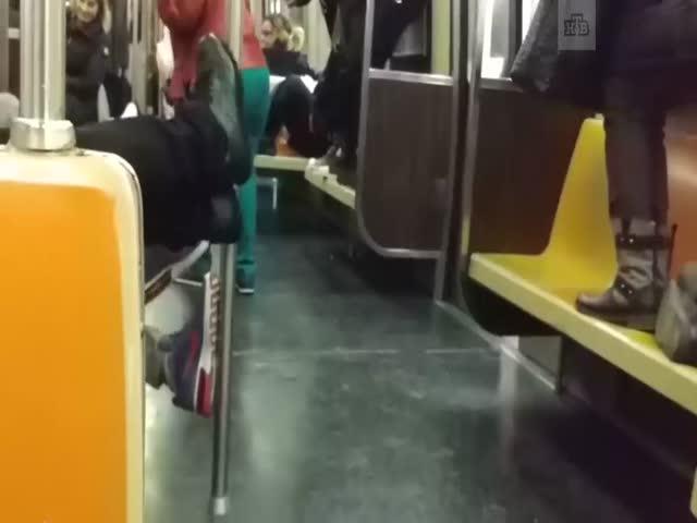 Пассажиры нью-йоркского метро спасаются от крысы