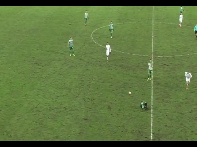 Литовские футболисты сыграли в пас с лежавшим на траве травмированным товарищем по команде