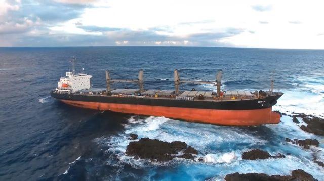 Спасение напоровшегося на рифы сухогруза (13 фото)