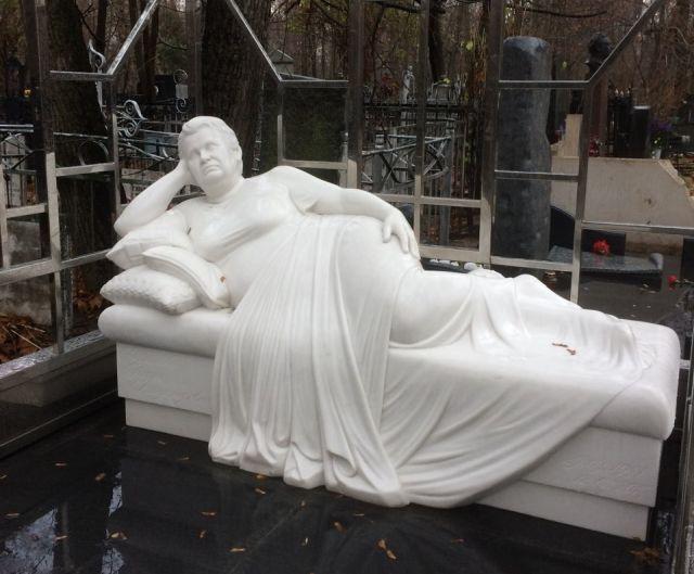 В Москве на Ваганьковском кладбище появился необычный памятник (3 фото)