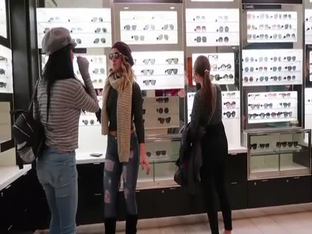 Американская модель в нарисованной одежде прогулялась по торговому центру