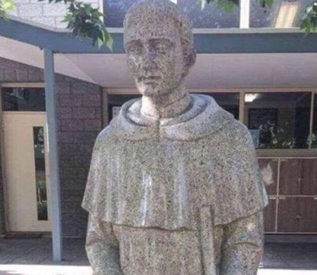 В австралийской школе спрятали скульптуру святого с неоднозначным дизайном (3 фото)