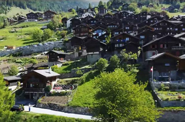 Швейцарская деревня готова поощрять новых жителей денежными грантами (14 фото)