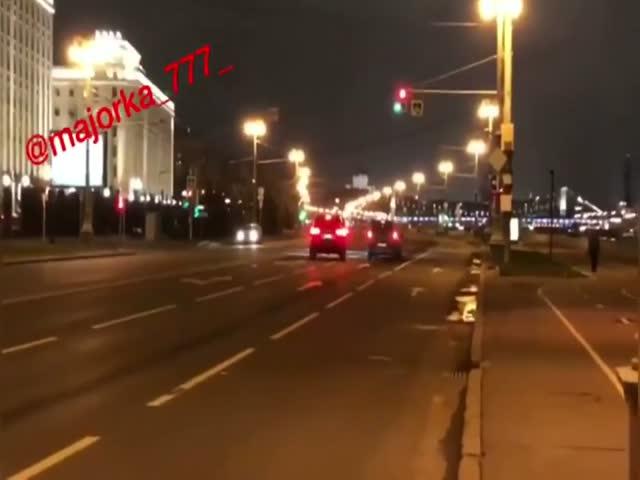 Мажоры устроили гонки напротив здания Минобороны в Москве
