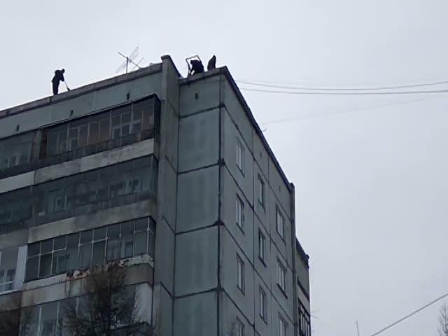 Погрузка мешков с мусором в Красноярске