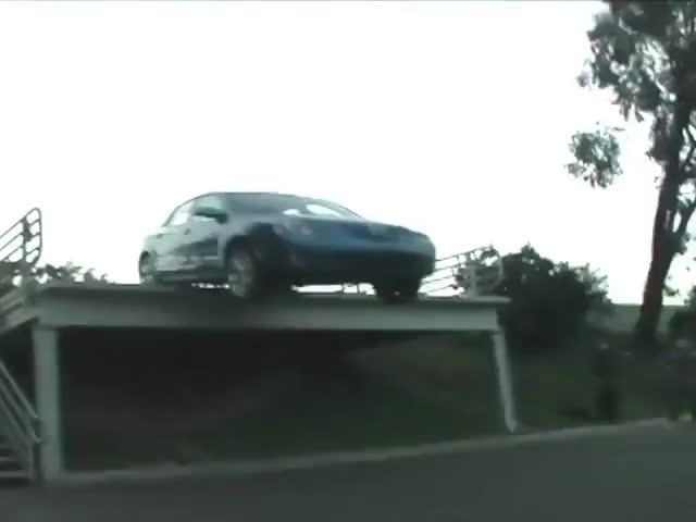 Зрелищное падение автомобиля