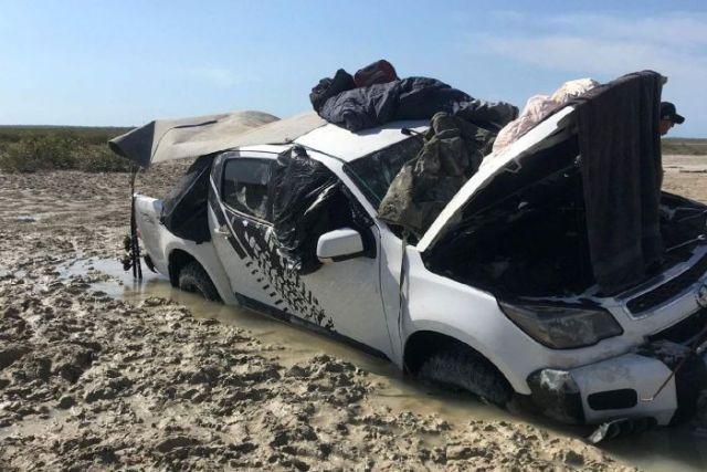 Австралийские рыбаки провели пять дней в машине, спасаясь от крокодилов (5 фото)