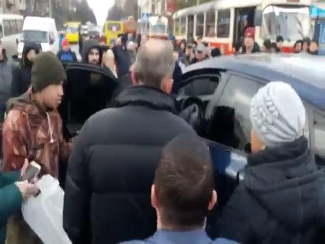 Киевляне устроили самосуд над автохамом на BMW X6