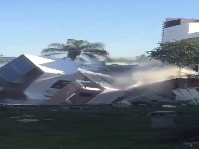 В Мексике жилой дом рухнул в строительный котлован
