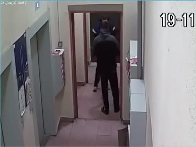 Мужчина три часа не мог открыть подъездную дверь