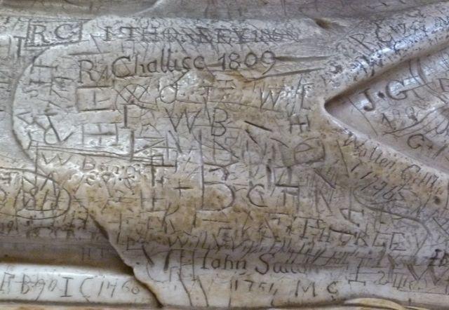 Надгробье английского епископа, усеянное многовековыми надписями (4 фото)