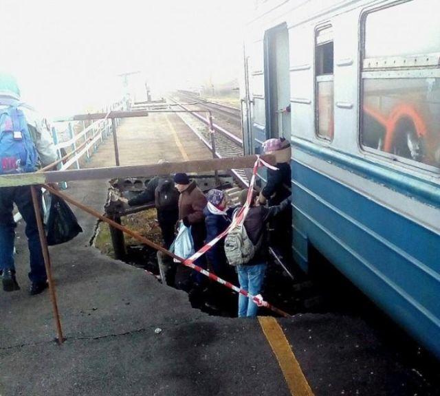 На Украине пассажиры ожидали поезд, стоя в яме (2 фото)