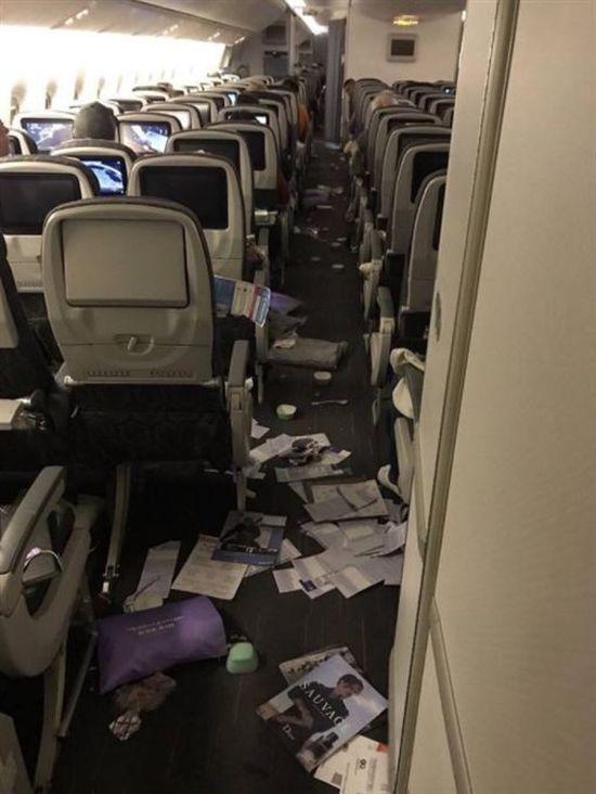 Самолет, летевший из Тайбэя в Чикаго, попал в зону турбулентности (2 фото)