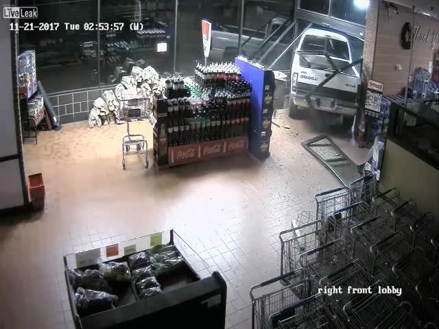 В США грабители протаранили магазин, чтобы украсть банкомат