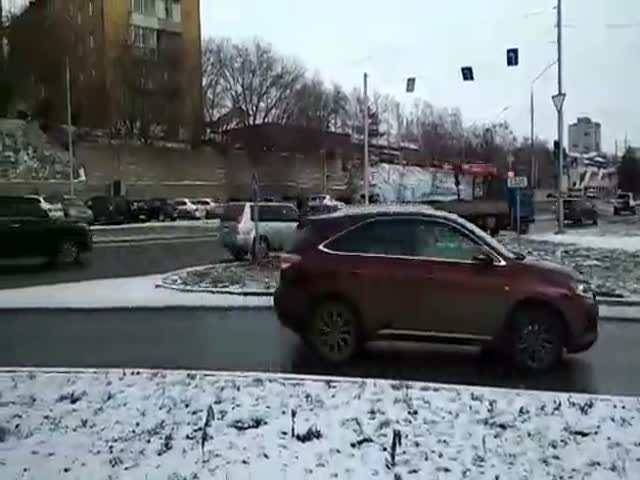 Стрижка заснеженного газона в Красноярске