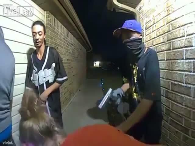 Женщину ограбили на пороге собственного дома