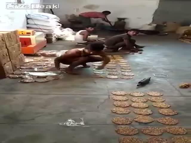 Производство сладких лепешек в Индии