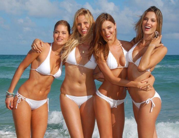 Девушки в белых купальниках (28 фото)