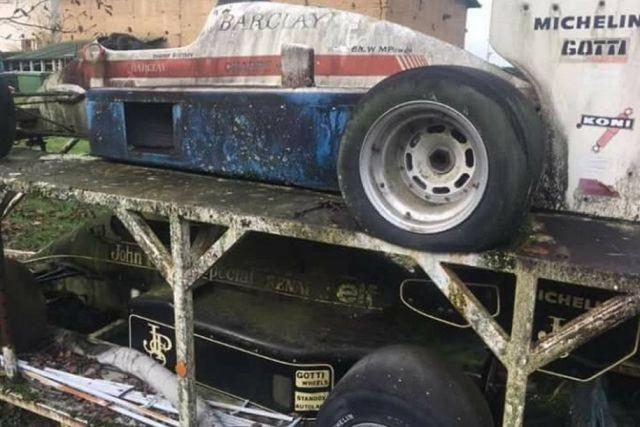 Во Франции обнаружили брошенные болиды «Формулы-1» (6 фото)