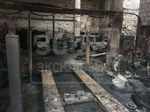 В московском автосервисе сгорели пять внедорожников Mercedes-Benz G500 (3 фото)