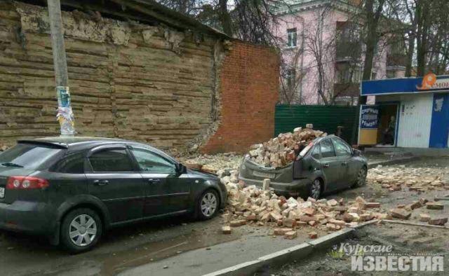 В Курске ветерана оштрафовали на 572 000 рублей из-за рухнувшей на машины стены (5 фото)