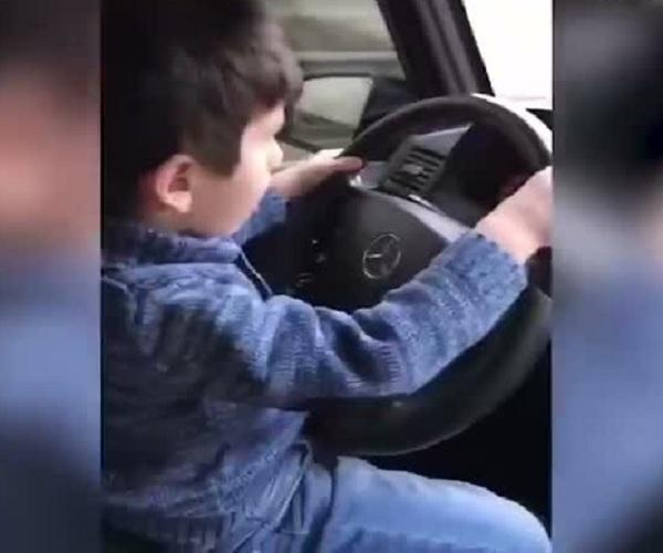 Ребенок за рулем Mercedes-Benz Gelandewagen «играет в шашки»