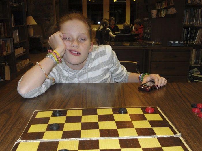 Кузина, постоянно проигрывающая в шашки, повзрослела на год (9 фото)