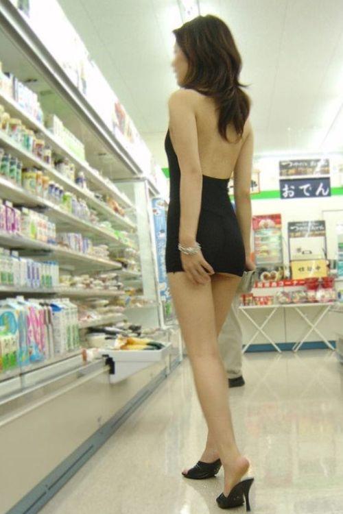 Молодая китаянка отправилась за покупками в слишком откровенном платье (6 фото)