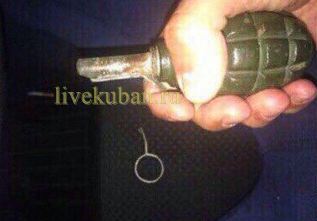 Житель Краснодарского края погиб, играя с гранатой в машине (4 фото)