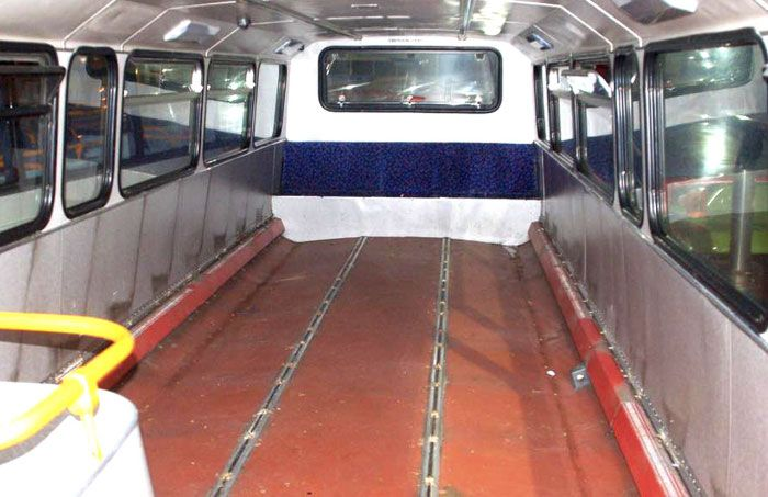 Списанный двухэтажный автобус превратили в ночлежку для бездомных (13 фото)