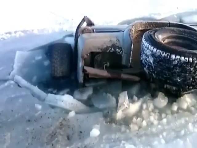 Внедорожник ушел под лед
