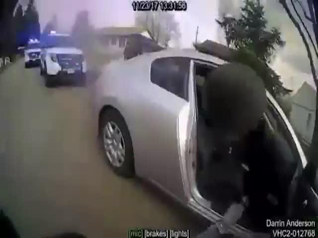 Полицейский выстрелил из электрошокера в своего напарника
