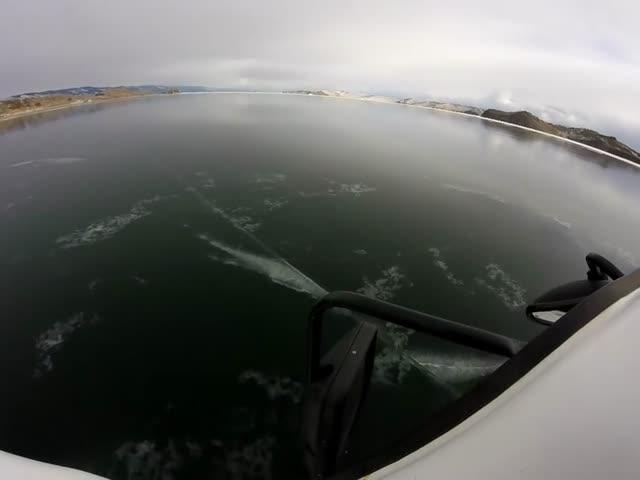 Машина ломает первый лед на Байкале