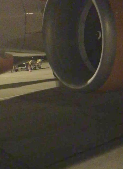 Не самое лучшее зрелище перед полетом на самолете (3 фото)