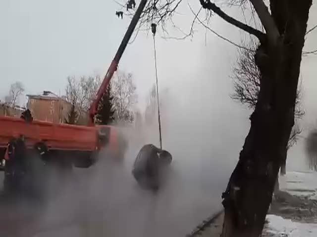 В Красноярске внедорожник провалился в яму с кипятком