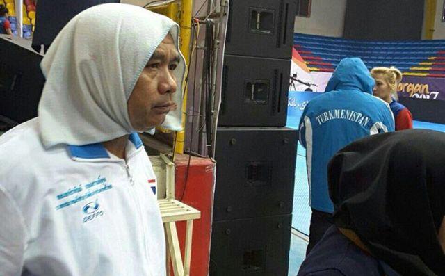 Тренер из Таиланда надел хиджаб в знак солидарности со своими подопечными (3 фото)
