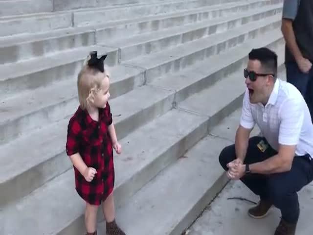 Девочка впервые видит своего папу без бороды