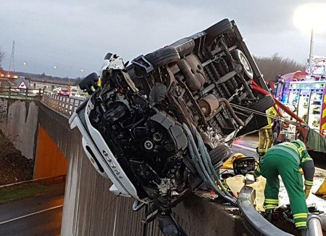 В Великобритании полицейский удерживал автомобиль, зависший на краю моста (2 фото)