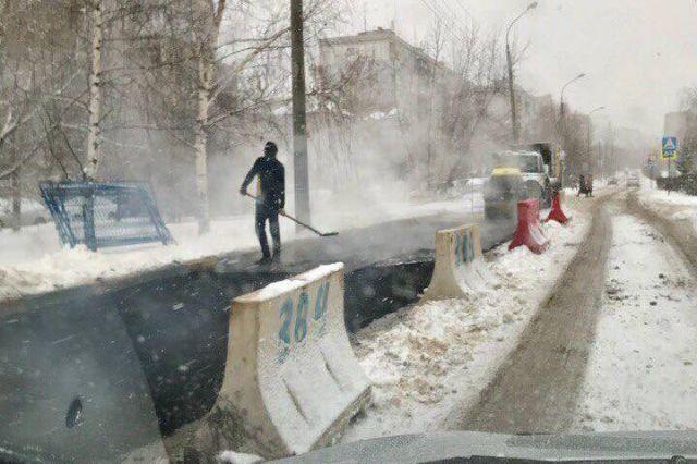 В Нижнем Новгороде новый асфальт положили на снег (4 фото + видео)