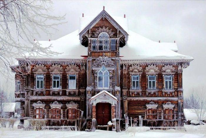 Великолепный деревянный дом в заброшенной деревне Погорелово (14 фото)
