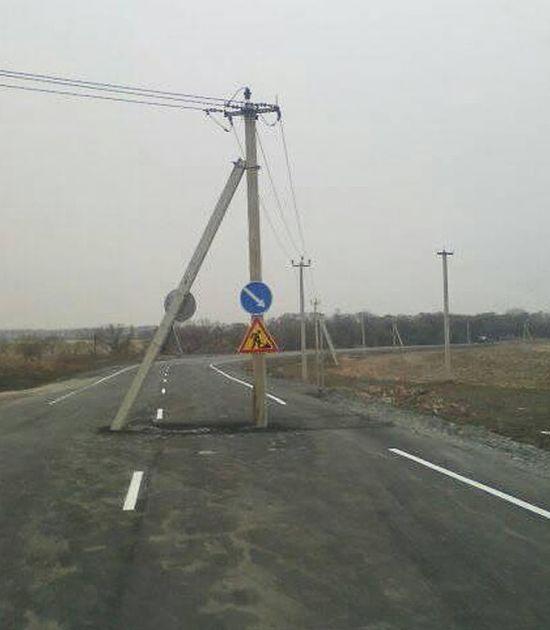 В Приморье столб заасфальтировали в дорогу (2 фото + видео)