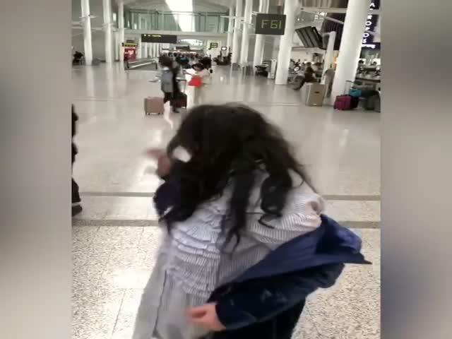 Лолита Милявская исполнила танец в аэропорту