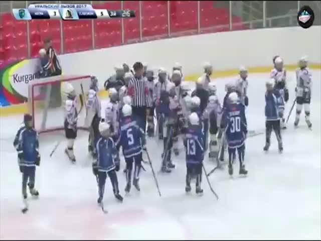 Нешуточная драка 10-летних хоккеистов