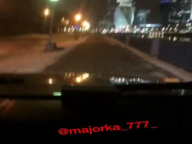 Девушка за рулем Mercedes Gelandewagen проехала по тротуару набережной Тараса Шевченко