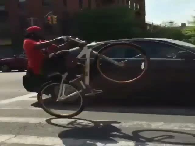 Трюки на велосипеде в городском трафике