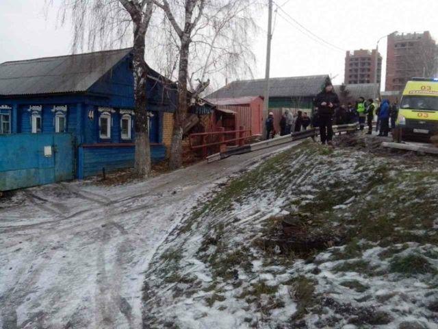 В Саранске автомобиль влетел в стену частного дома (2 фото)