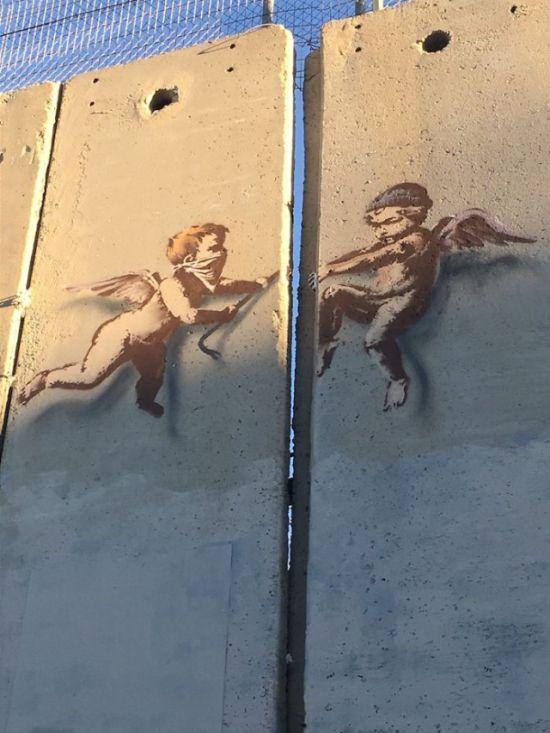 В Вифлееме появилось новое граффити Бэнкси (4 фото)