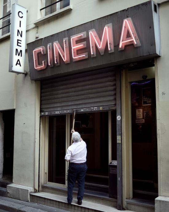 В Париже закрывается последний порнокинотеатр (5 фото)