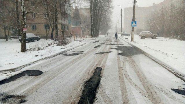Под Тулой асфальт кладут на заснеженную дорогу (8 фото)