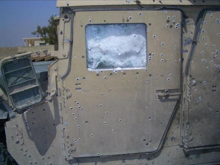 Армейский внедорожник HMMWV, спасший свой экипаж (3 фото)